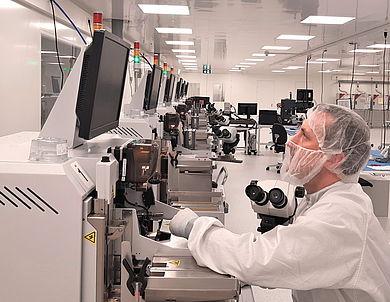 Lukas Scherzer im Labor